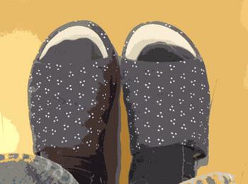 スリッパを履いている足