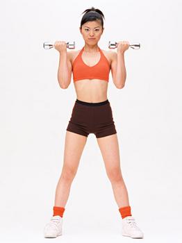 スポーツジムで身体を鍛えている人