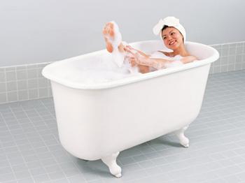 お風呂で足を洗っている人