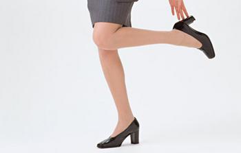 外反母趾・内反小趾の原因になるハイヒールを履いている女性